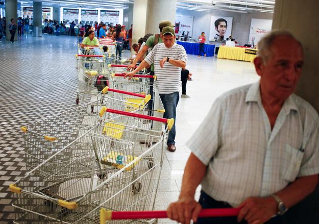Венесуэла ввела ограничения на продажу продуктов
