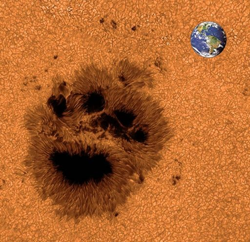 Огромное пятно AR2192 на Солнце, похоже на след медвежьей лапы